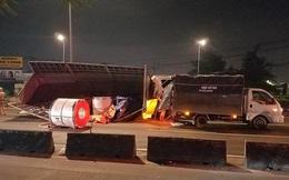 Cặp vợ chồng đi xe tải nhẹ bị 3 cuộn tôn nặng hàng chục tấn suýt đè vào người