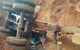Xe múc bị lật ngang khi đang thi công, tài xế bị cabin đè chết