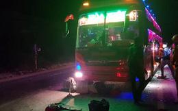 Pha đèn chói mắt, xe khách và xe ben rượt đuổi rồi đâm xe máy bốc cháy, hàng chục hành khách la hét hoảng loạn