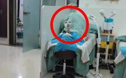 Vừa bước vào phòng, gương mặt trắng bệch của người trên giường khiến tất cả hoảng hốt