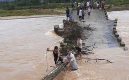 Lũ lớn đánh sập cầu độc đạo, dân lấy cây bắc cầu tạm qua sông