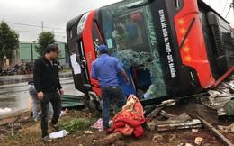 Xe khách lật trên quốc lộ, người dân đập kính cứu người bị thương