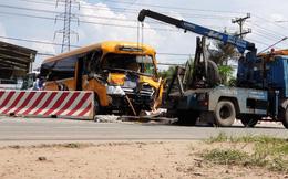 Xe khách nát đầu sau cú tông xe tải rồi lao vào dải phân cách trên Quốc lộ 13, nhiều người bị thương