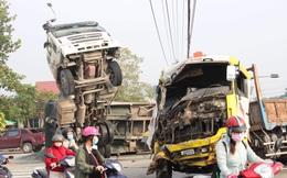Xe tải tông xe ben chổng lên trời giữa ngã tư, người dân phá cửa giải cứu tài xế và phụ xe