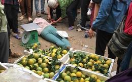 Bị đâm gục giữa chợ, người phụ nữ tỉnh lại thấy xung quanh nhiều tiền lẻ