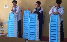 Nữ sinh bỗng nổi trong tình cảnh không thể trớ trêu hơn: Đứng chép phạt ở góc lớp