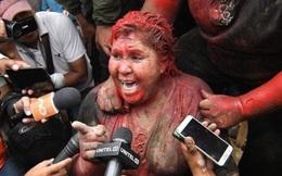 Nữ thị trưởng bị người biểu tình lôi đi, sơn tóc
