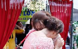 Con gái một đi lấy chồng xa, khoảnh khắc mẹ đẻ ôm cô dâu khóc nghẹn trong ngày vu quy gây xúc động