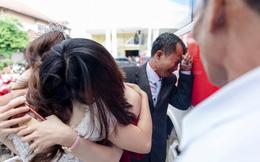 Con gái đi lấy chồng cách nhà chưa đầy 10 cây số, cha nức nở ôm mặt khóc cạn nước mắt khiến nhiều người xúc động
