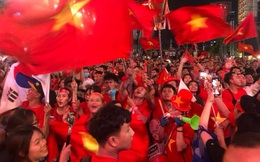 CĐV ôm nhau reo hò mừng bàn thắng của tuyển U22 Việt Nam