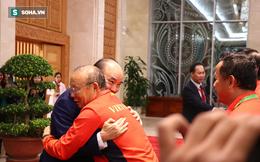 Thủ tướng Nguyễn Xuân Phúc nồng nhiệt ôm HLV Park Hang-seo