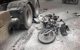 Người đàn ông bị xe container chèn lên đùi, xe máy mài xuống đường cháy rụi