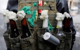 24h qua ảnh: Người biểu tình Iraq đeo bom xăng đối đầu cảnh sát
