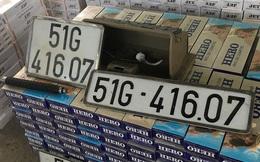 Bên trong tô 7 chỗ đâm dải phân cách, tài xế bung cửa tháo chạy chứa gần 16.000 gói thuốc, nhiều biển số giả