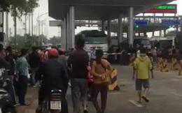 Người dân mang phương tiện đến trạm thu phí phản đối việc thu phí