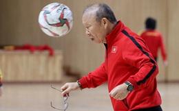 """HLV Park Hang-seo tháo kính, dạy kỹ lại học trò """"độc chiêu"""" từng khuynh đảo SEA Games"""