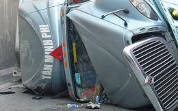 Va vào thành hầm chui, xe container lật ngang đường, tài xế bị thương bò từ cabin kêu cứu