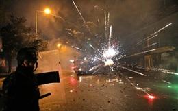 24h qua ảnh: Đụng độ cảnh sát chống bạo động, người biểu tình ném pháo sáng rực phố