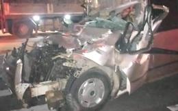 Thi thể tài xế kẹt trong cabin biến dạng sau cú tông vào xe đầu kéo