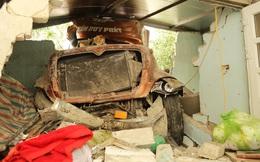 2 chiếc xe lao thẳng vào 2 nhà dân sau tai nạn, đè nát giường ngủ cùng nhiều tài sản