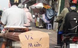 Người đàn ông chạy xe máy trên phố và tấm biển 6 chữ khiến tất cả vừa giận vừa thương