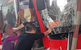 Đầu xe khách nát bét, găm chặt cabin trạm thu phí, người dân tức tốc phá cửa cứu nạn nhân