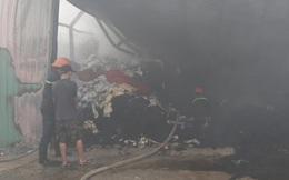 Lửa bùng cháy tại kho chứa vải, cả khu phố náo loạn