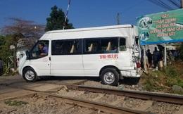 Cố băng qua đường sắt, ô tô 16 chỗ bị tàu hỏa tông, ít nhất 5 người bị thương