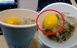 Gọi ly cà phê trứng 27 nghìn, khi nhận hàng khách phát hoảng vì còn nguyên lòng đào
