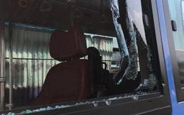 Nhóm thanh niên cầm hung khí đập phá xe buýt khiến nhiều người hoảng loạn ở Sài Gòn