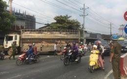 Xe tải chở 50 con heo tông vào nhà dân, giao thông kẹt cứng 2km