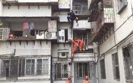 Cháu trai 3 tuổi rơi xuống ban công tầng 6, ông nội bất chấp nguy hiểm trèo xuống giải cứu