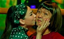 Trường Giang bối rối khi bị Phi Nhung ôm hôn trước hàng nghìn khán giả