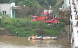 Ô tô đang dừng trên phà bất ngờ lao xuống sông Đồng Nai, 1 người chết thảm