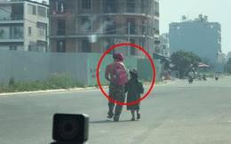 Người đàn ông dắt con gái ngoài đường, chỉ một hành động đã khiến tất cả rưng rưng