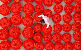 24h qua ảnh: Công nhân làm việc trong xưởng sản xuất đèn lồng ở Trung Quốc