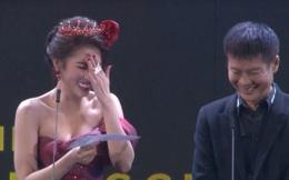 """Hoa hậu Việt lấy tay che mặt, nói """"chết rồi"""" khi đọc tên đạo diễn thành từ nhạy cảm trên sóng truyền hình"""