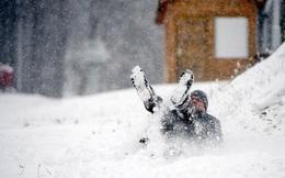24h qua ảnh: Người đàn ông thích thú chơi đùa với tuyết rơi đầu mùa