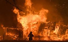 Thảm họa ở Australia: Vòi rồng lửa kinh hoàng nhấc bổng xe cứu hỏa 12 tấn, hóa ngày thành đêm