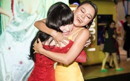 Elly Trần mặc sexy, ôm chặt Nam Thư tại sự kiện
