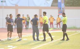 Trợ lý Lee Young-jin bất ngờ nhận thẻ vàng trước Thái Lan