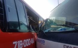 Xe tải cẩu tông xe khách, đẩy đi hàng chục mét, 5 người bị thương nặng ở Sài Gòn
