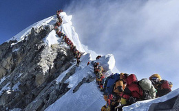 Giấc mơ bị bỏ lại giữa sợ hãi tột cùng, hỗn loạn trên đỉnh Everest kẹt cứng người