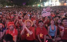 Người hâm mộ hò reo khắp phố đi bộ mừng 4 bàn thắng của tuyển Việt Nam vào lưới Campuchia