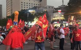 Hàng nghìn CĐV rực rỡ cờ hoa cổ vũ đội tuyển Việt Nam