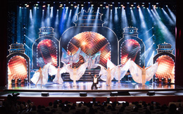 """Liveshow """"Trăm nhớ ngàn thương"""": Ca sĩ Ngọc Sơn hát sung, quỳ giữa sân khấu khi tiết mục kết thúc"""
