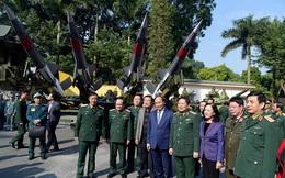 Thủ tướng Nguyễn Xuân Phúc tham quan trưng bày vũ khí và khí tài tại Hội nghị Quân chính toàn quân