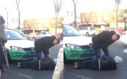Hành khách nằm xuống dưới đất chặn xe, tài xế gọi 7 lần 'bố' cầu xin buông tha