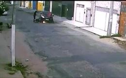 Liều mình tông ngã hai tên cướp, tài xế ô tô bị bắn chết