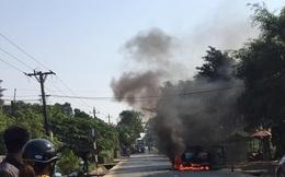 Ô tô bán tải bốc cháy trơ khung, nữ tài xế khóc nức nở